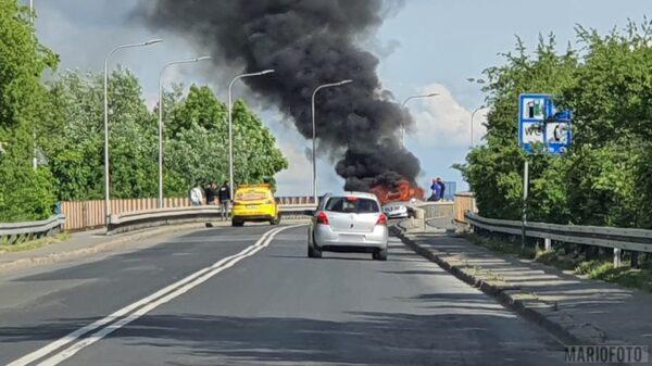 Doszczętnie spalił się mercedes na wiadukcie w Opolu.(Zdjęcia &Wideo)