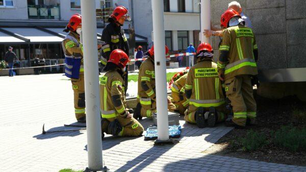 Silny wiatr uszkodził maszt przy pomniku Nike w centrum Opola.(Zdjęcia)