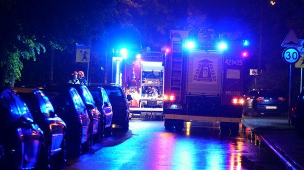 Pożar mieszkania na 10p w Kędzierzynie Koźlu. Okazało się, że w oknie stała zapalona świeczka.