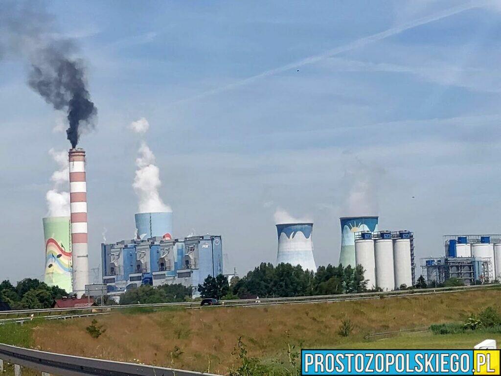 Czarny dym z komina w Elektrowni Opole.