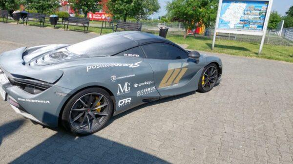McLaren zapalił się na stacji benzynowej na autostradzie A4.
