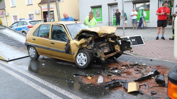 Czołowe zderzanie osobówki z ciężarówką w Dobrzeniu Wielkim koło Opola.