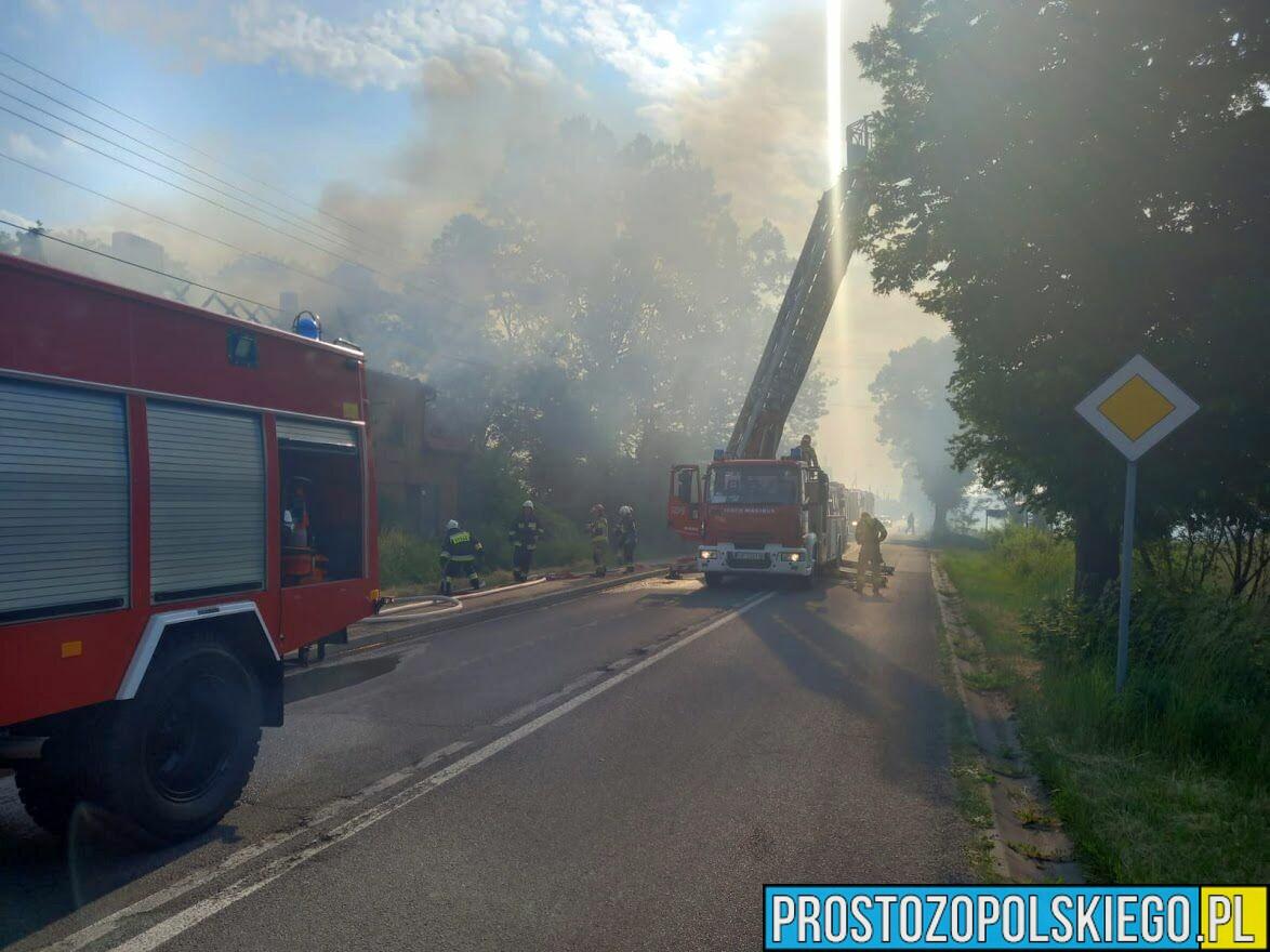 Pożar domu w Popielowie. Z pożarem walczy 7 jednostek straży z JRG i OSP.(Zdjęcia)