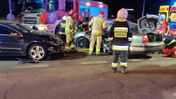 Zderzenie dwóch pasatów na obwodnicy Opola. Dwie osoby zostały ranne zabrane do szpitala.(Zdjęcia &Wideo)