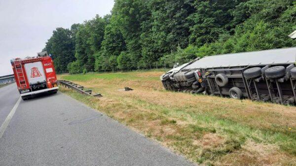 Ciężarówka przewożąca materiały budowlane wylądowała na boku w pasie zieleni na A4.