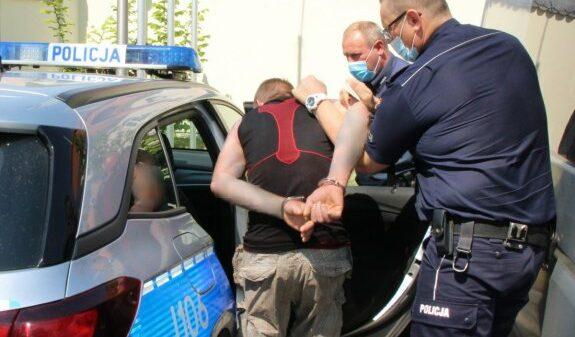 Poszukiwany 39-latek odpowie za włamanie do sklepu z którego ukradł wyroby tytoniowe i alkohol.