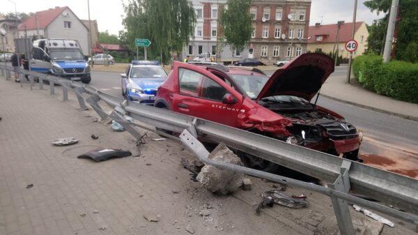 Kierujący dacią stracił panowanie nad autem i uderzył w bariery.(Zdjęcia&Wideo)