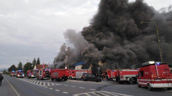Potężny pożar pod Prudnikiem. Na miejsce jadą jednostki straży z całego województwa