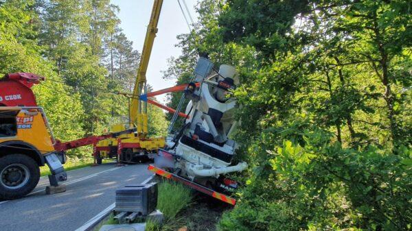 Ciężarówka przewożąca beton wjechała do rowu. Z pomocą przyjechała pomoc drogowa z Kępy.