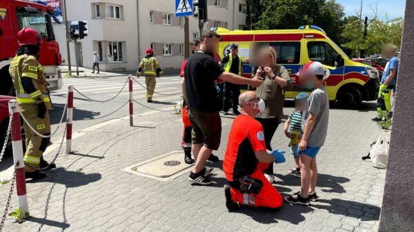 Zderzenie dwóch samochodów na skrzyżowaniu w Opolu. Autem jechała kobieta z dwóją dzieci.(Zdjęcia)