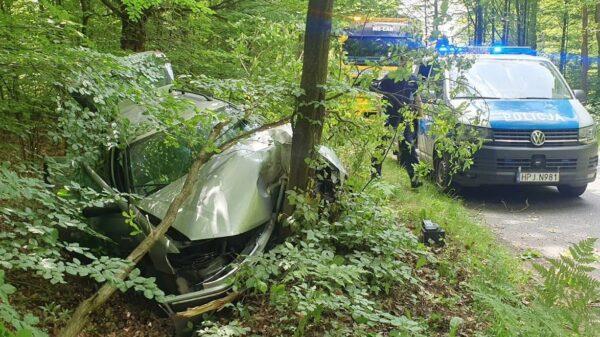 24-latek z duża prędkością autem wjechał w drzewo. Mężczyzna został zabrany do szpitala.(Zdjecia&Wideo)