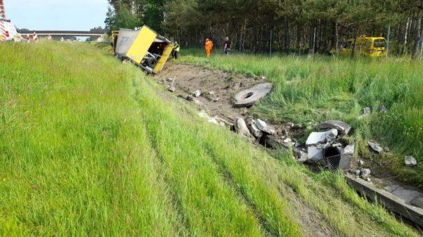 Ciężarówka z ładunkiem tarcz hamulcowych wjechała do rowu na autostradzie A4.