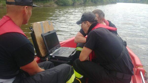 Strażacy poszukują zaginionego mężczyzny przy użyciu sonaru.