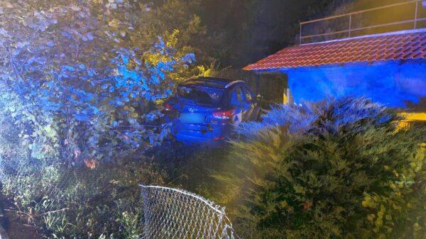 49-latek mający ponad 2,5 swoją jazdę hyundaiem zakończył w ogródku.(Zdjęcia)