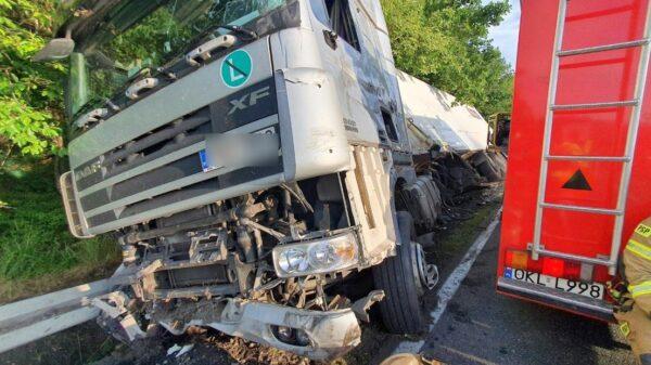 Wystrzelona opona powodem kolizji dwóch pojazdów ciężarowych.(Wideo)