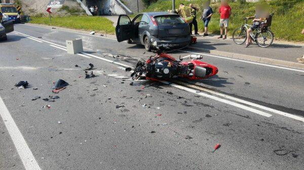 Zderzenie motocyklisty z autem w miejscowości Kamienna koło Namysłowa. Dwie osoby ranne. Na miejscu lądował LPR