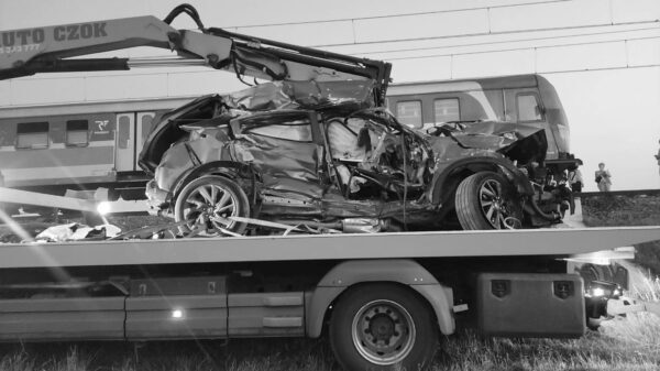 80-latek wjechał autem pod nadjeżdżający pociąg, zginął na miejscu.(Zdjęcia)