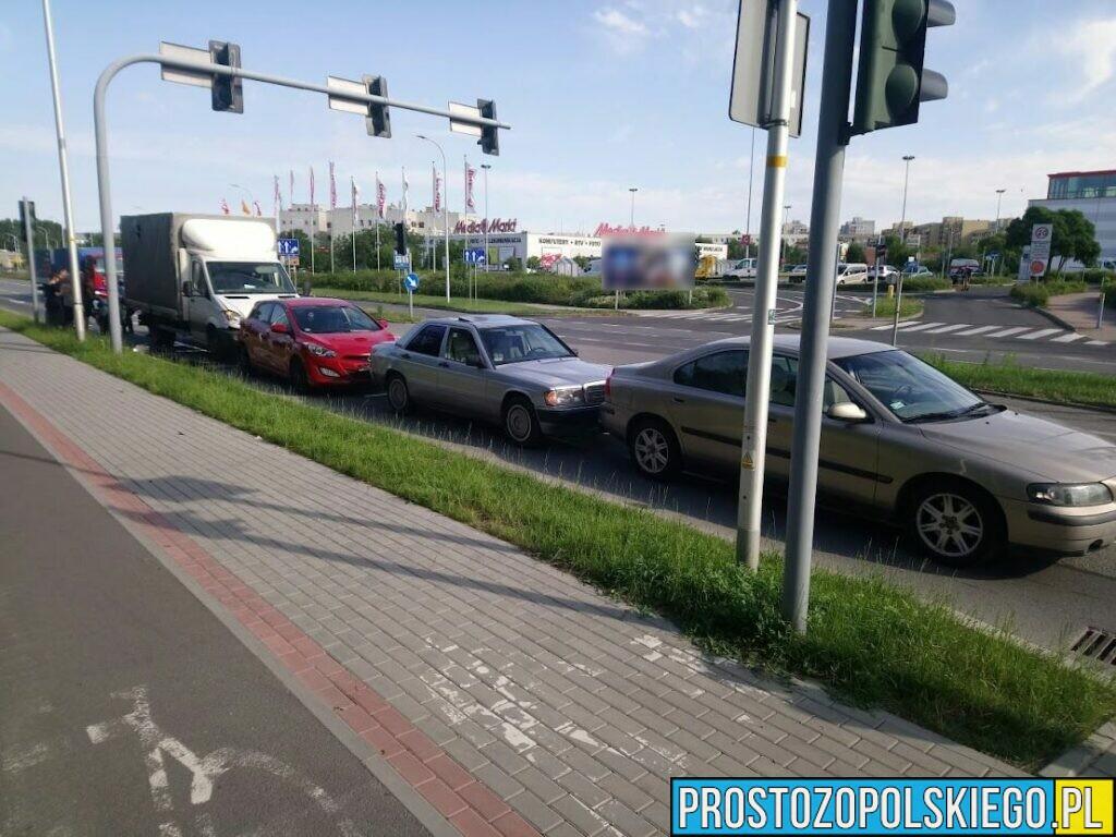 Pijana kierująca hyundaiem doprowadziła do zderzenia aut na ul. Sosnkowskiego w Opolu.
