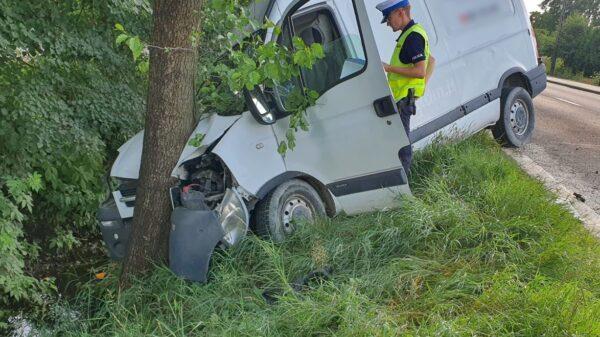 Kierujący busem zjechał na pobocze i uderzył w drzewo.(wideo)