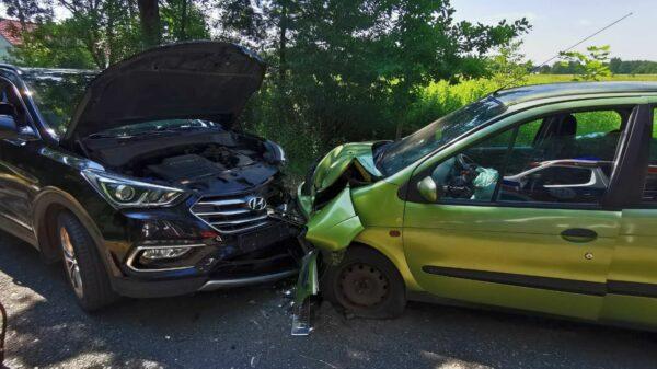 Czołowe zderzenie dwóch aut w Dąbrówce Dolnej.(Zdjęcia)