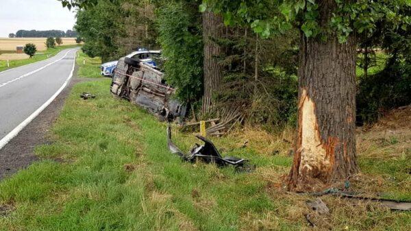 22-latek jadący passatem zasnął za kierownicą , zjechał z drogi i uderzył w drzewo.(Zdjęcia)