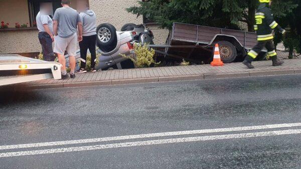 Kierująca autem z przyczepką dachowała na posesji w Dobrzeniu Wielki.