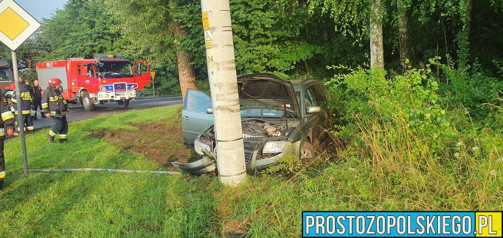 Kierujący volkswagenem Passatem stracił panowanie nad autem i uderzył w słup. (Zdjęcia)