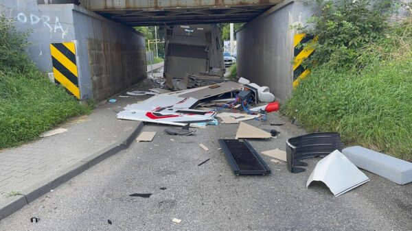 65-latek rozbił 14 dniowego campera wartego 400 tyś zł. Nie zmieścił się pod wiaduktem w Opolu.(Wideo)