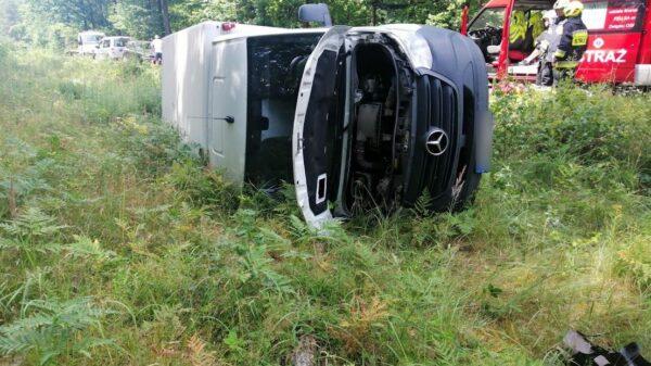 Wypadek busa w Szczedrzyku na głównej drodze. Jedna osoba została poszkodowana(Zdjęcia)