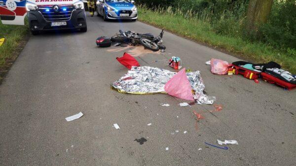 Zderzenie motocyklisty z osobówką. LPR zabrał w stanie ciężkim 46-latka do szpitala w Opolu.(Zdjęcia)