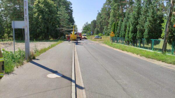 Kierujący autem zasłabł i wjechał w przepust. Na miejscu lądował LPR Ratownik23 (Wideo)