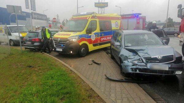 Zderzenie 2 osobówek i busa koło Makro w Opolu. Cztery osoby zostały ranne.(Zdjęcia)