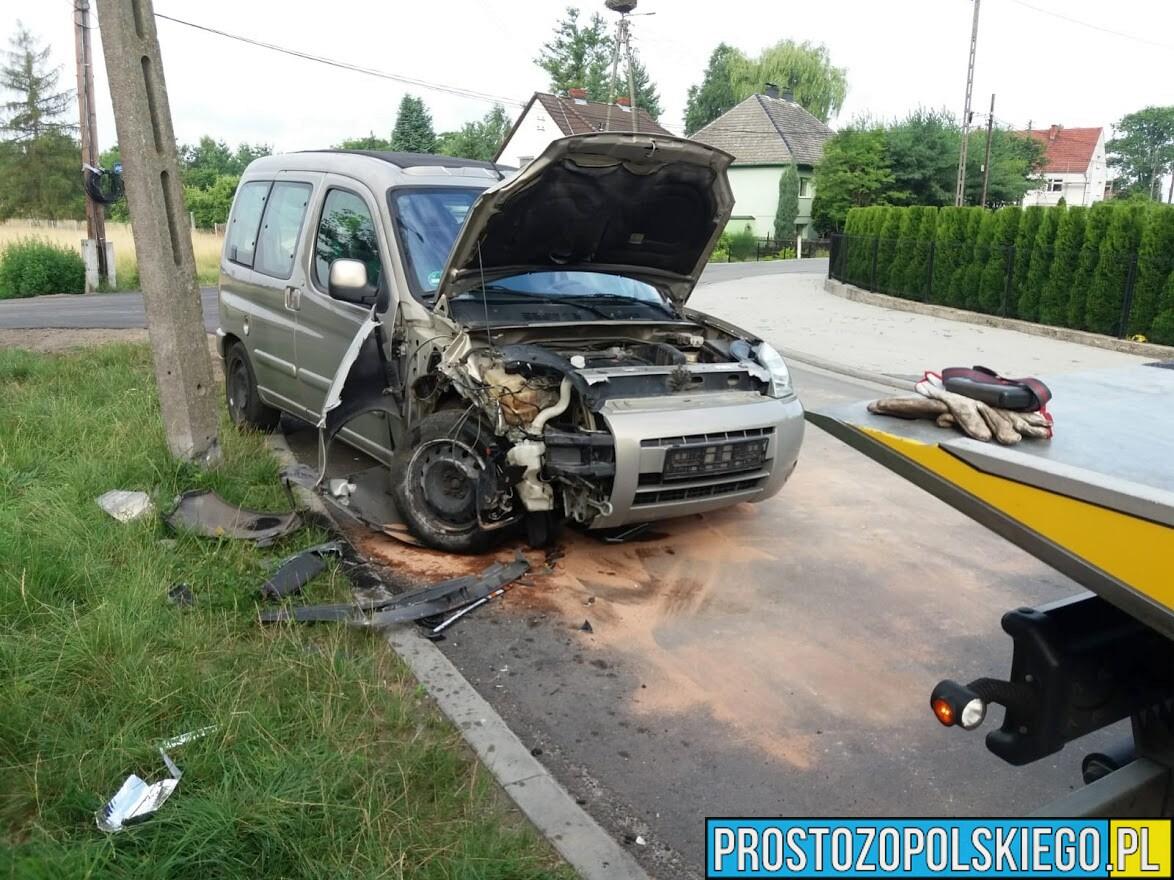 Kierujący citroenem wjechał w słup, odkręcił tablice rejestracyjne i się oddalił. Policja poszukuje właściciela auta.(Zdjęcia)