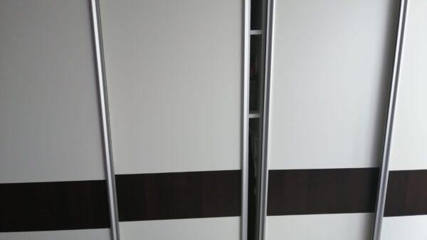 Kryminalni z Kędzierzyna-Koźla zatrzymali dwóch mężczyzn poszukiwanych listem gończym.21-latek schował się w szafie.