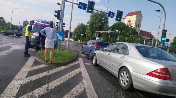 Zderzenie dwóch aut na skrzyżowaniu ulic Partyzancka a Wrocławska w Opolu.(Zdjęcia)