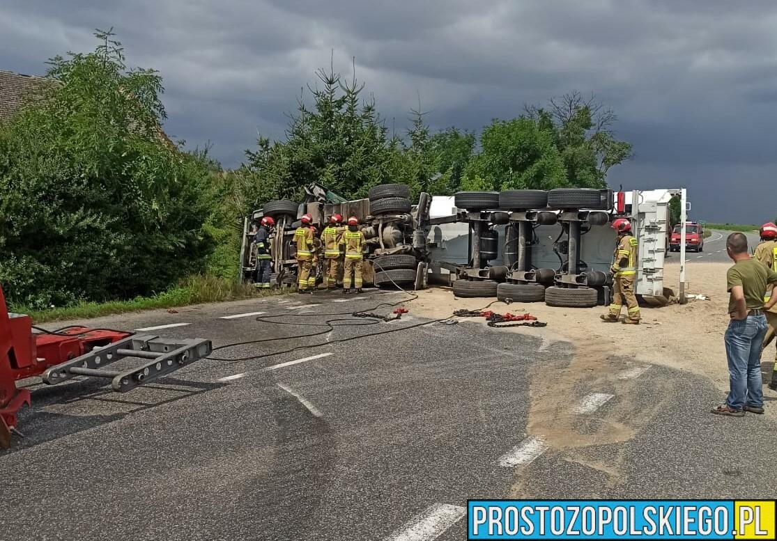 Kierowca stracił panowanie nad ciężarówką i wylądował na boku. Droga DW 401 jest zablokowana.(Zdjęcia)