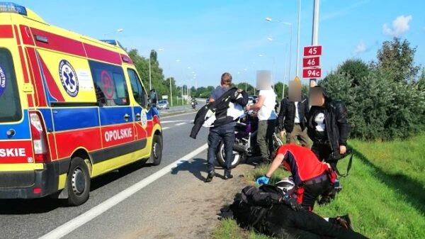 Motocyklista wpadł w dziurę i wywrócił się na obwodnicy Opola. Z obrażeniami ciała został zabrany karetką do szpitala.(Wideo)
