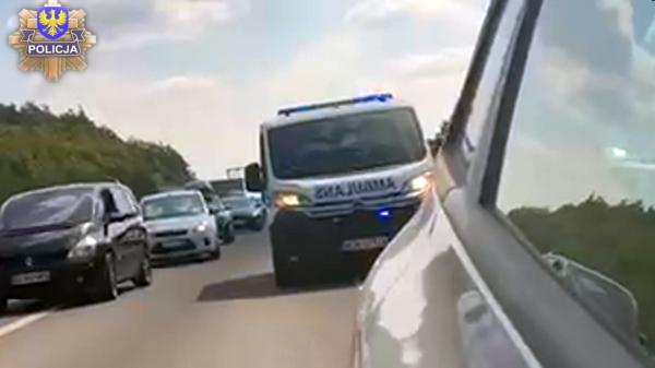 Policjanci eskortowali karetkę z sercem do transplantacji.(Wideo)