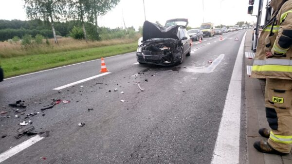 Zderzenie Forda z Passatem na skrzyżowaniu we Wrzoskach.