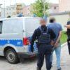 Seryjni włamywacze do domów w rękach policjantów.