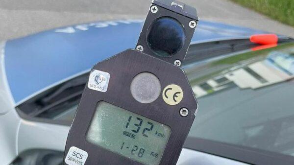 21-latek bez uprawnień pędził ponad 130 km/h w obszarze zabudowanym.