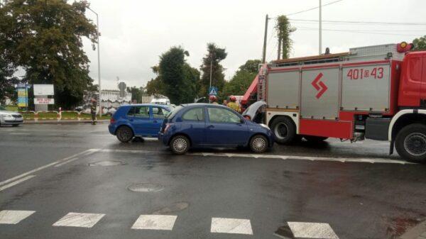 Zderzenie dwóch osobówek w Brzegu. Dwie osoby poszkodowane.