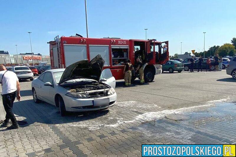 Pożar auta na parkingu CH Karolinka w Opolu.(Zdjęcia)