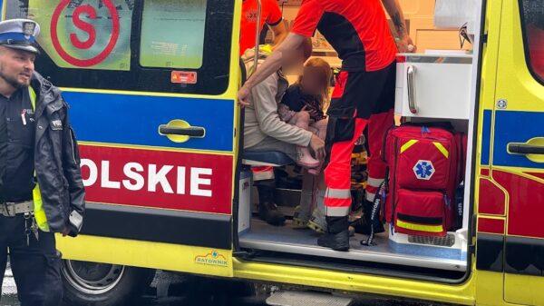 Kierowca autobusu potrącił na oznakowanym przejściu dla pieszych ojca z 5-letnią dziewczynką.(Wideo)