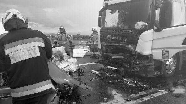 Śmiertelny wypadek na obwodnicy Otmuchowa. Mercedes czołowo zderzył się z ciężarówką.