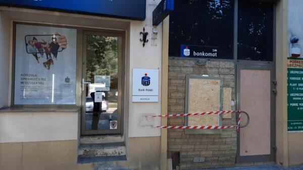 Wysadzili bankomat w Praszce. Policja szuka sprawców.