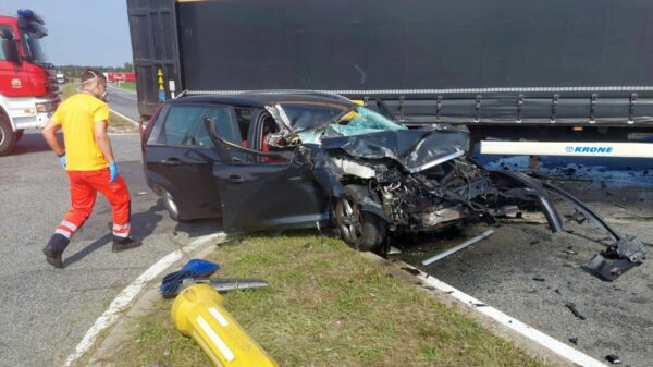 Zderzenie ciężarówki z osobówką przy zjeździe z autostrady A4.(Zdjęcia)