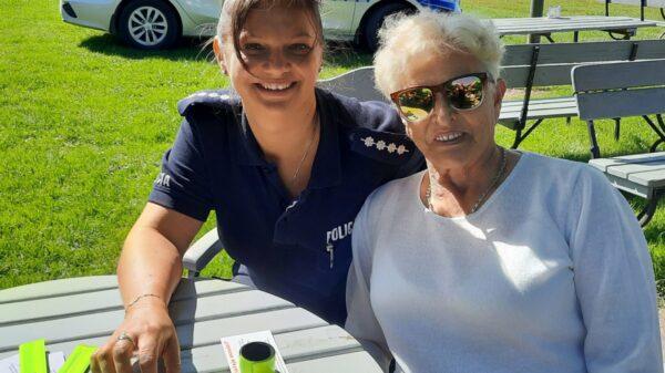 Policjantka i seniorzy nad michalickim zalewem