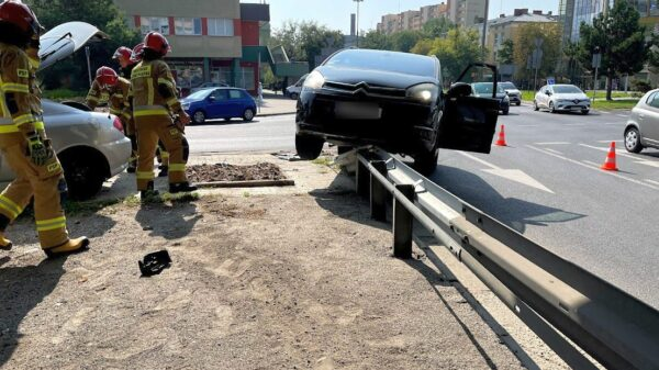 Zderzenie dwóch aut na opolskim rondzie. Jedna osoba została poszkodowana.(Zdjęcia)