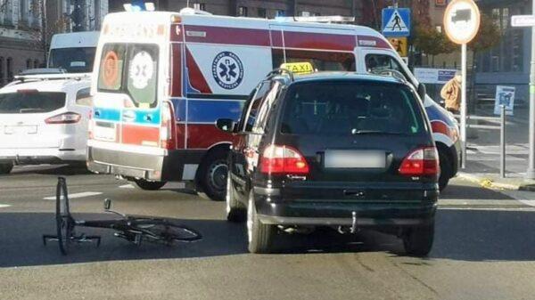 Zderzenie taksówki z rowerzystą.